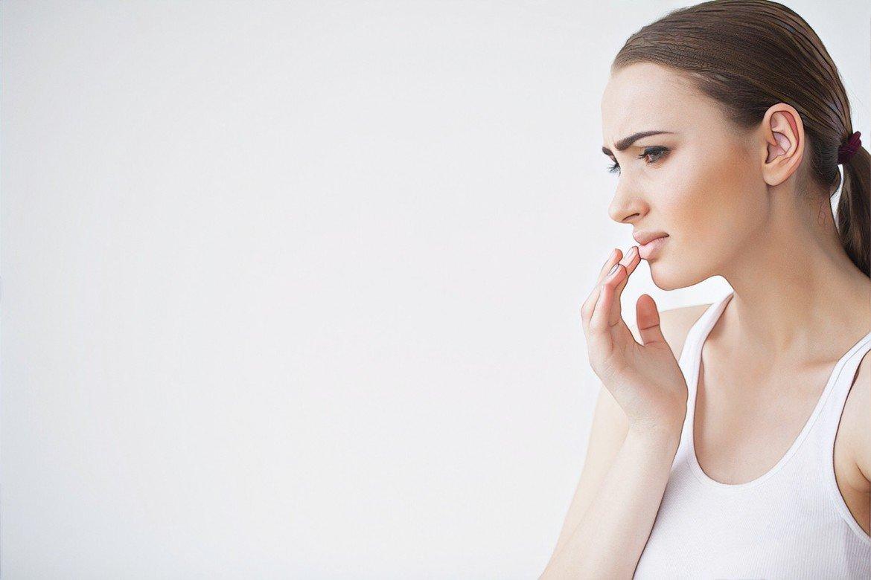 Девушка без анестезии при татуаже губ