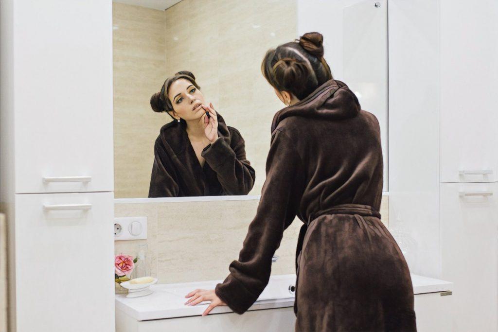 девушка оценивает кожу после редермализации