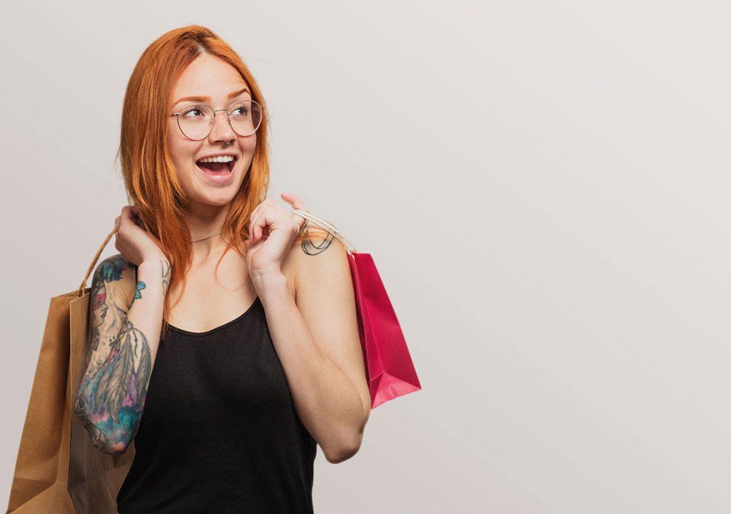 татуированная девушка с покупками