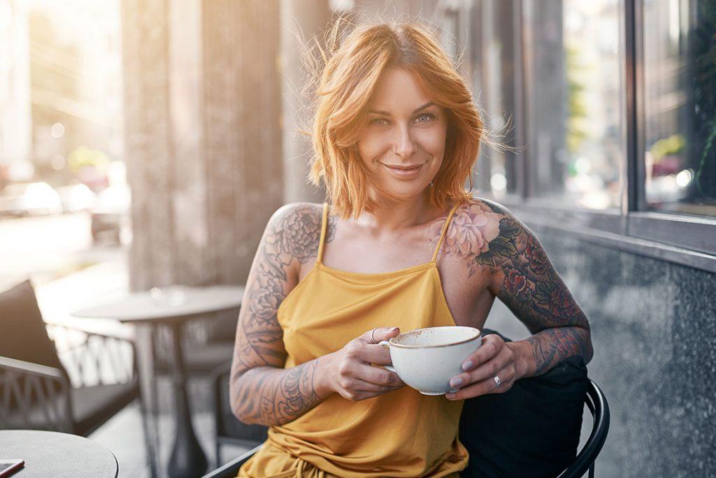 татуированная девушка с чашкой
