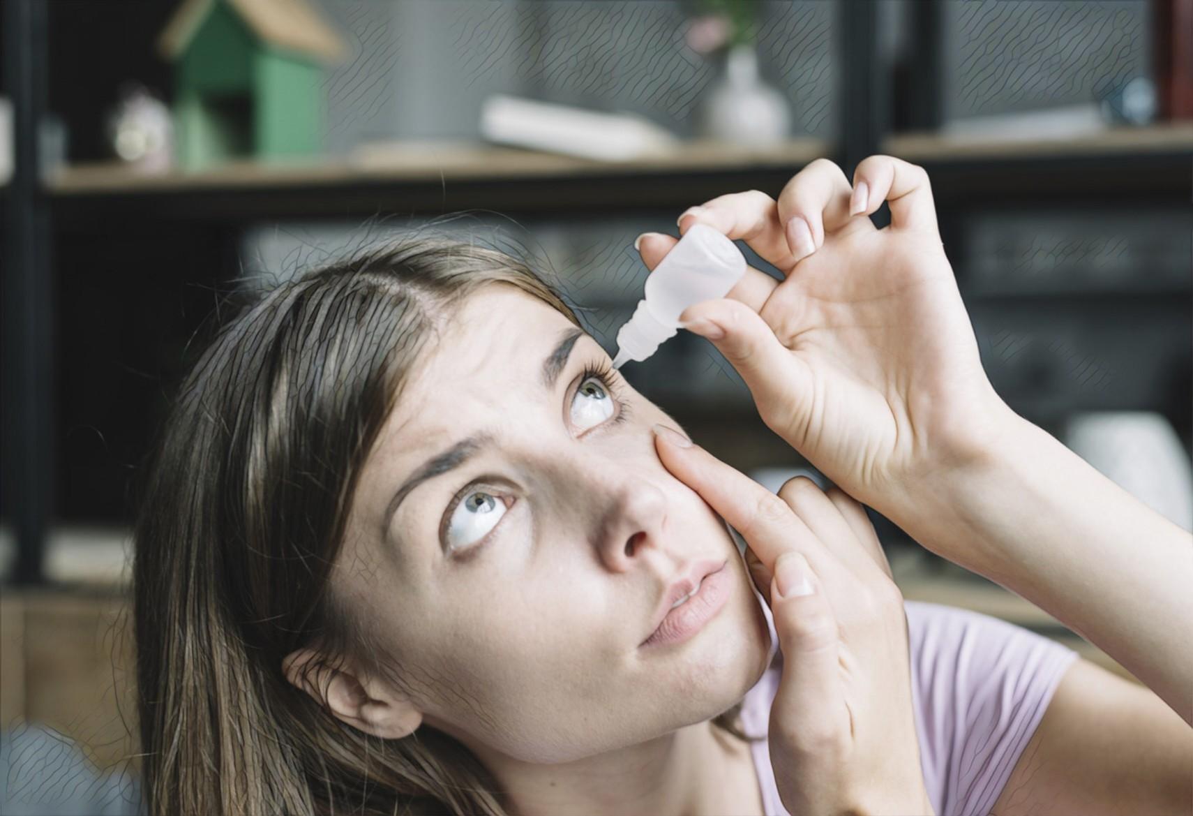 девушка пробует лечить глаза каплями
