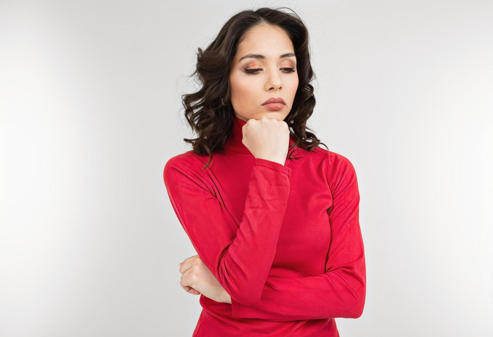 Девушка размышляет, как можно удалить растяжки