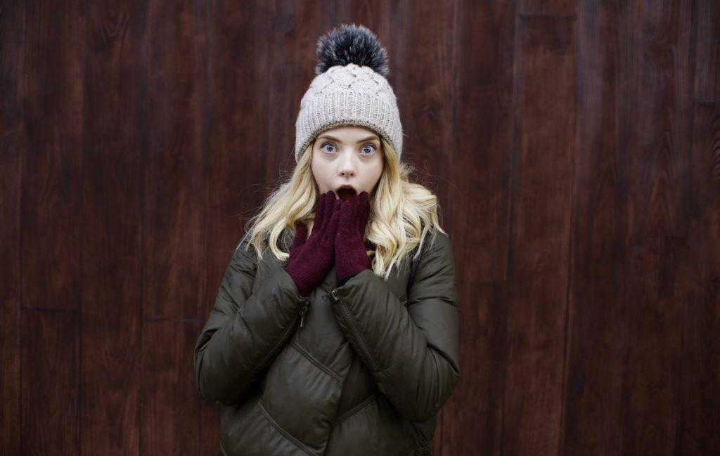 Девушка зимой на улице очень удивлена