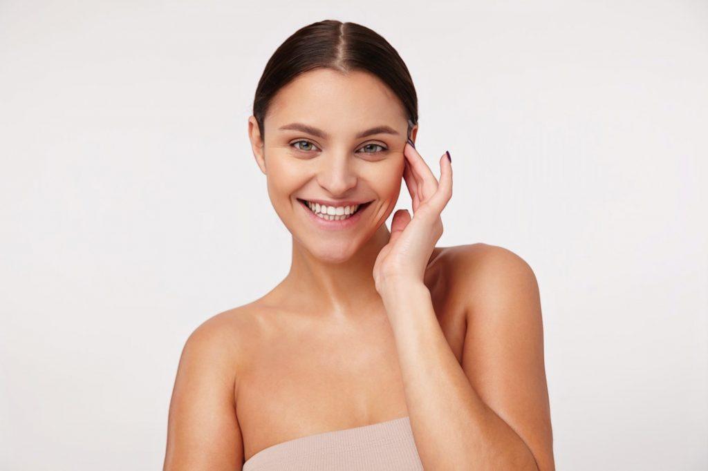 Привлекательная молодая счастливая брюнетка женщина