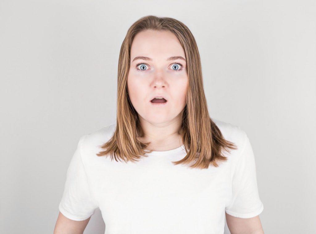 женщина удивлена, что вызывает боль