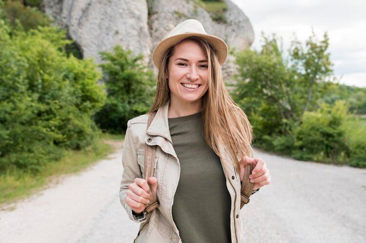 Портрет стильного путешественника в шляпе с улыбкой
