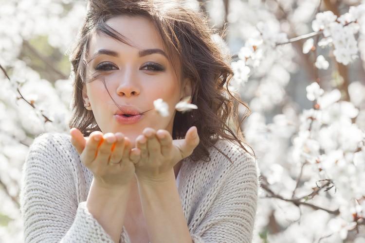 привлекательная молодая девушка с цветами