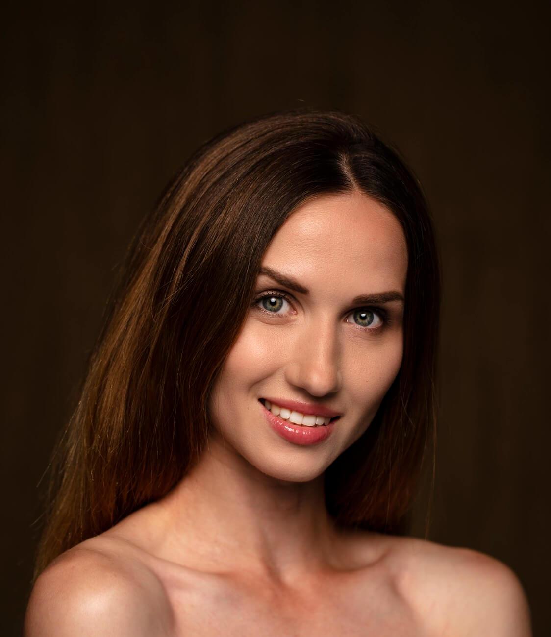 красивая девушка мило улыбается