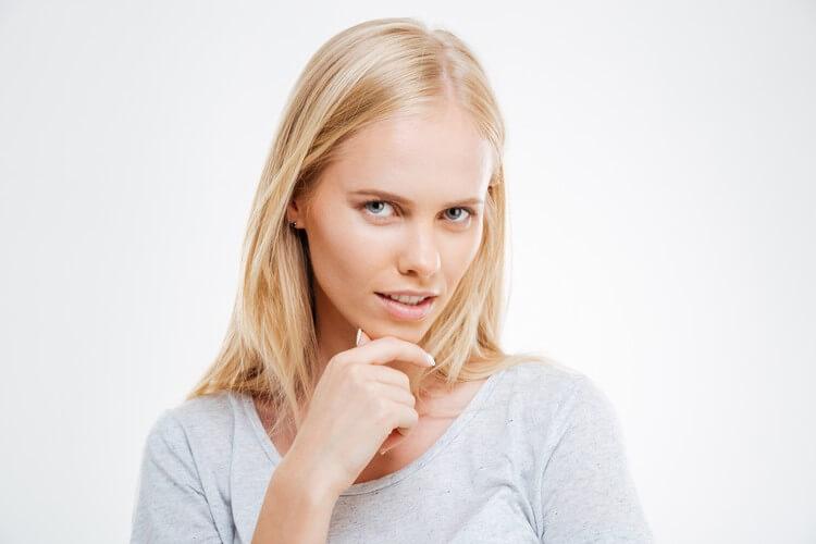 Крупным планом портрет задумчивой и задумчивой симпатичной блондинки