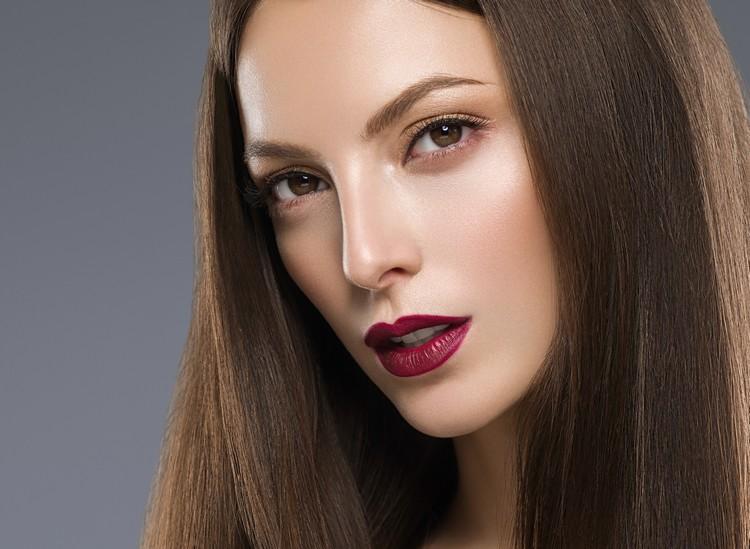 привлекательная девушка с макияжем